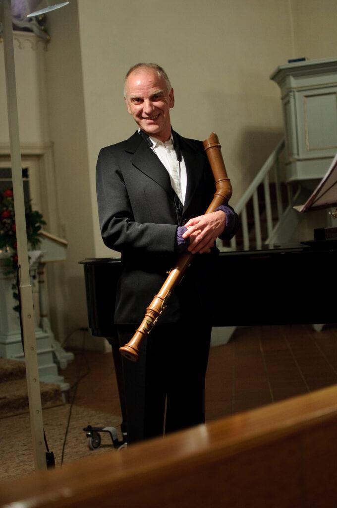 Jochen Vieweg mit seiner Blockflöte