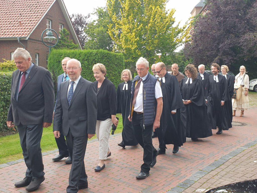 Die Kirchenvorstände und die Ordinationsbegleitung laufen zum Festplatz