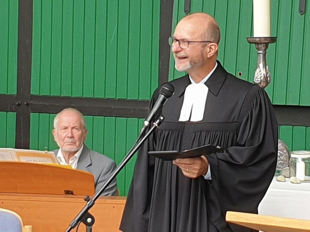 Pastor Friedemann Schmidt, der in Vakanzzeit in Werdum tätig war, begrüßt