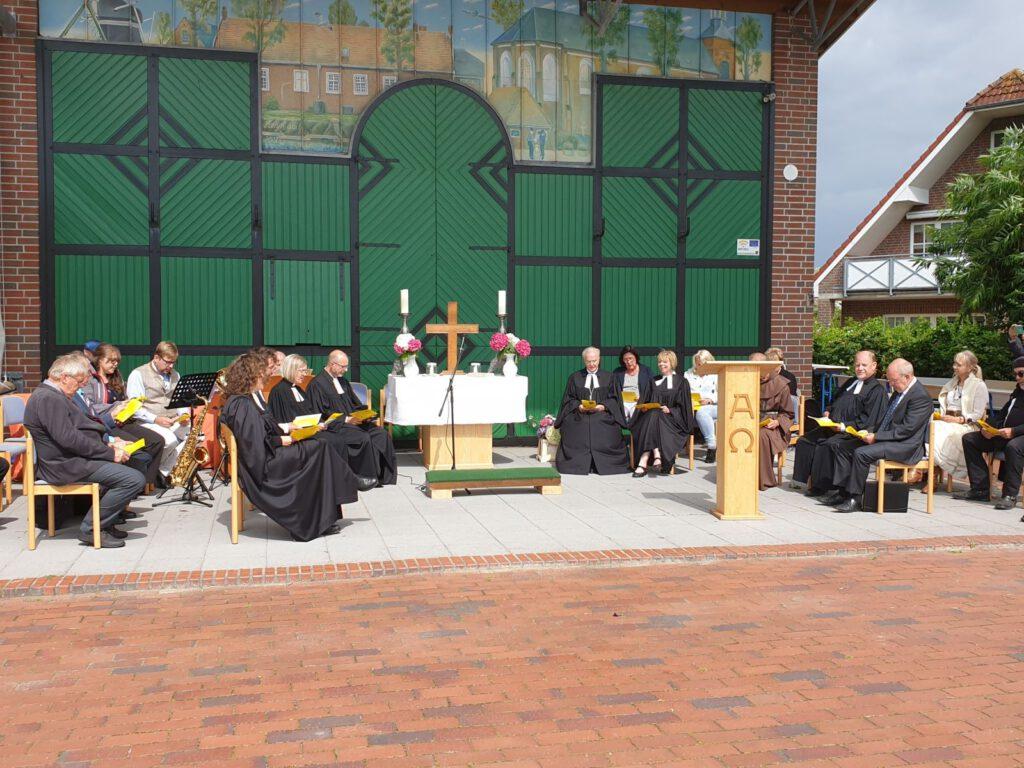 Der Altar, umringt von den Beteiligten, stand diesmal auf der Bühne auf dem Dorfplatz