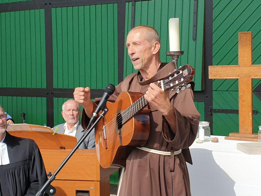Franziskanerbruder Georg Schmaußer animierte zum Mitsingen