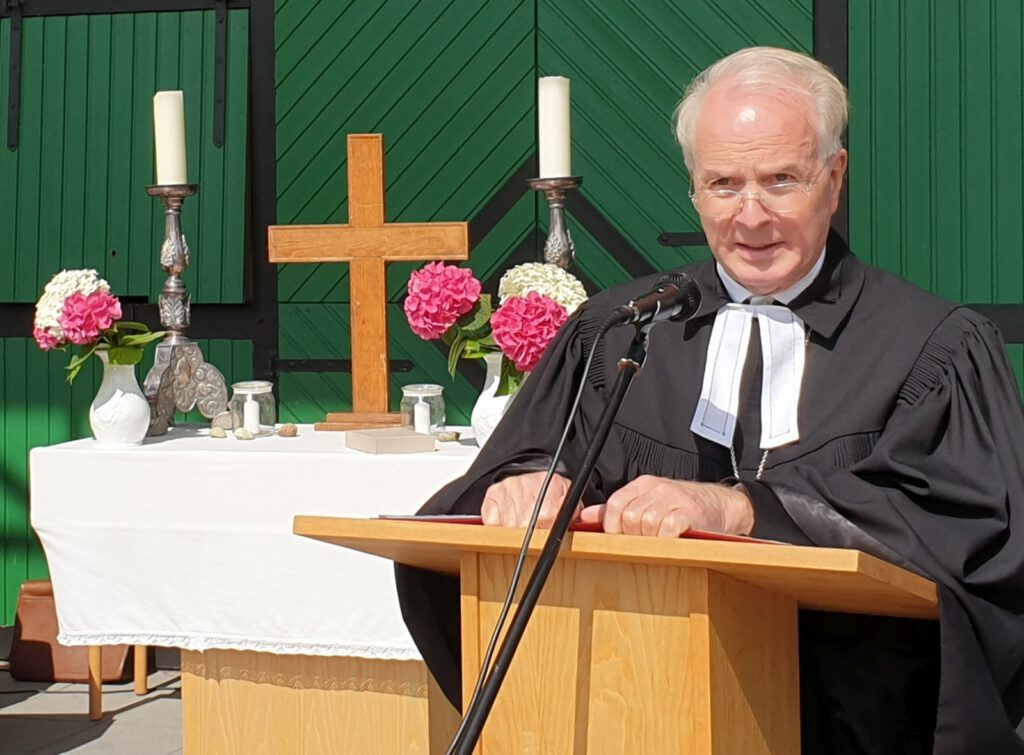 """Regionalbischof Dr. Detlef Klahr hielt die Predikt unter dem Wort: Gott ist die Liebe, basta"""" und führte in die Ordination ein"""