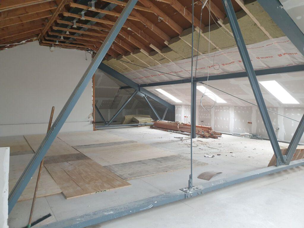 Viel Platz auf dem Dachboden. Hier oben entsteht eine Galerie und ein Versammlungsraum