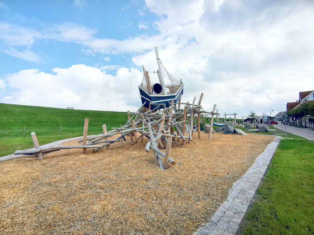 Der neue Wellenspielplatz am Deich in Neuharlingersiel