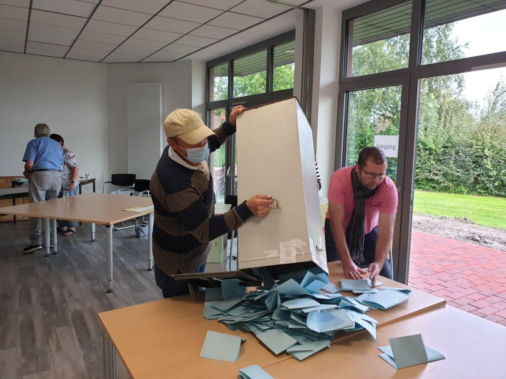 Gleich nach 18.00 Uhr kippt Eddy Goldenstein die erste Wahlurne aus und die Zählerei beginnt