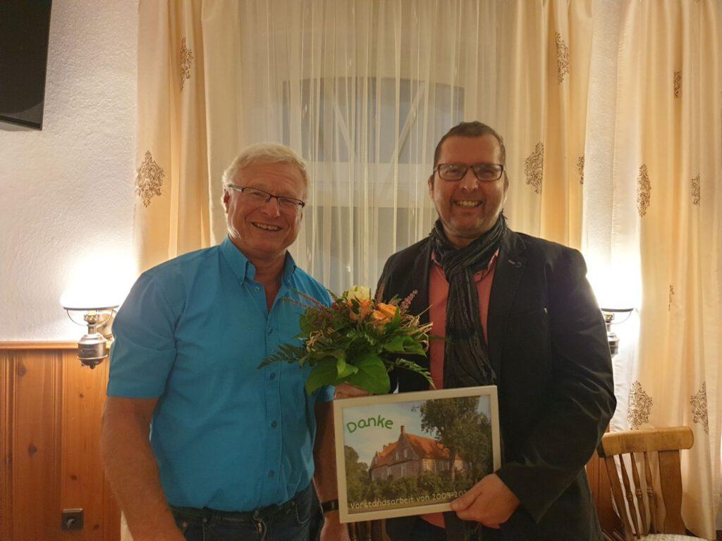 Verabschiedung. Johann Pieper dankte dem scheidenden Rainer Hinrichs für seine 12-jährige Mitarbeit