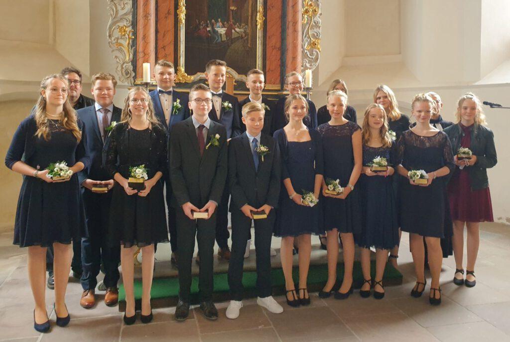 Gruppenfoto der Konfirmanden mit Diakon Conrad (2.v. l..) und Pastorin Rosemarie Giese (2.v.r.)