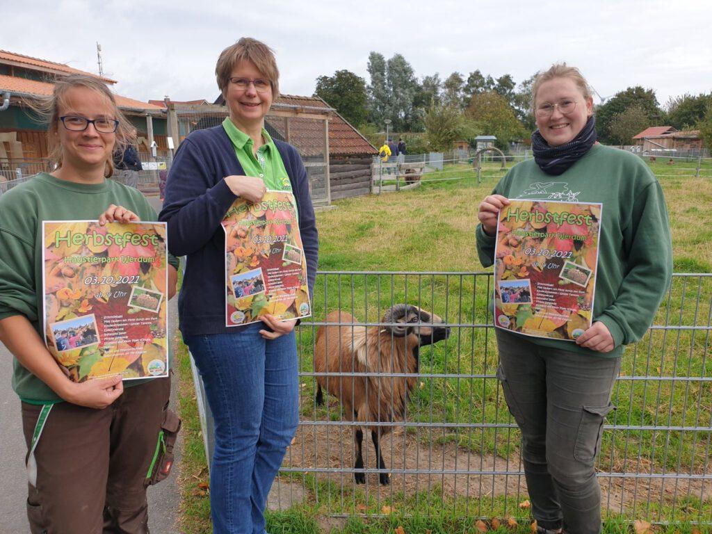 """v.L.: Stefanie Runge, Claudia Peters und Kristin Bienert laden ein zum Herbstfest im Haustierpark. Kamerun-Schafbock """"Emil"""" freut sich auch schon"""