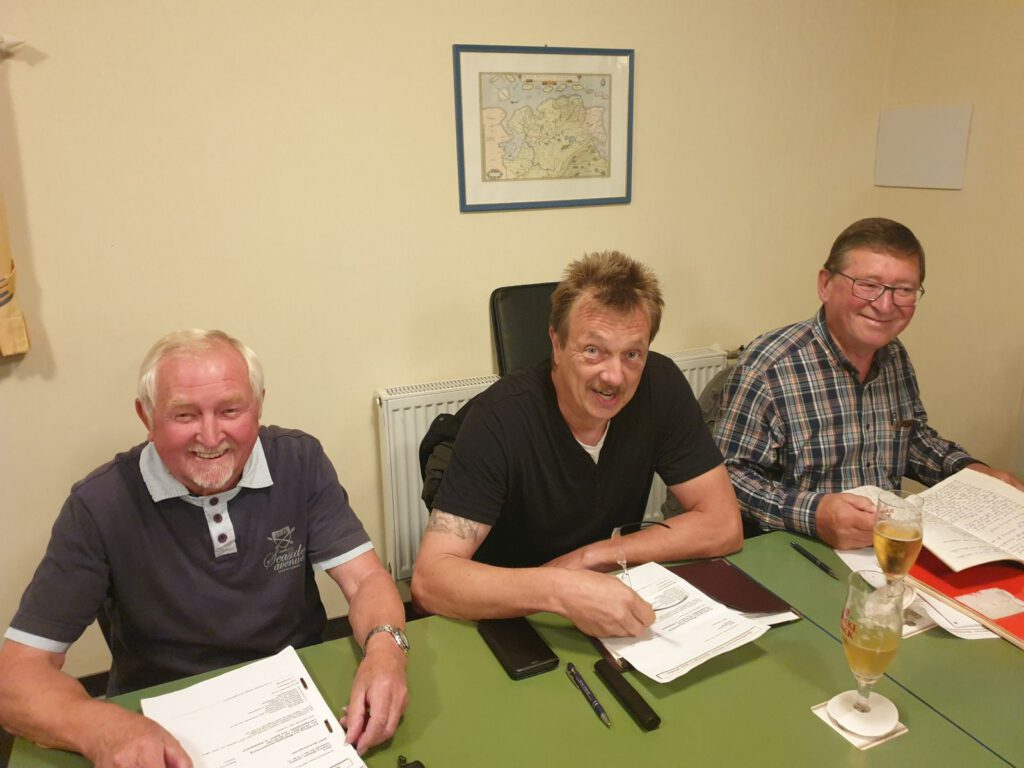 Alter und neuer Vorsitzender Theo Ballmann mit seinen beiden Stützen Wilhelm Janssen und Hugo Baack