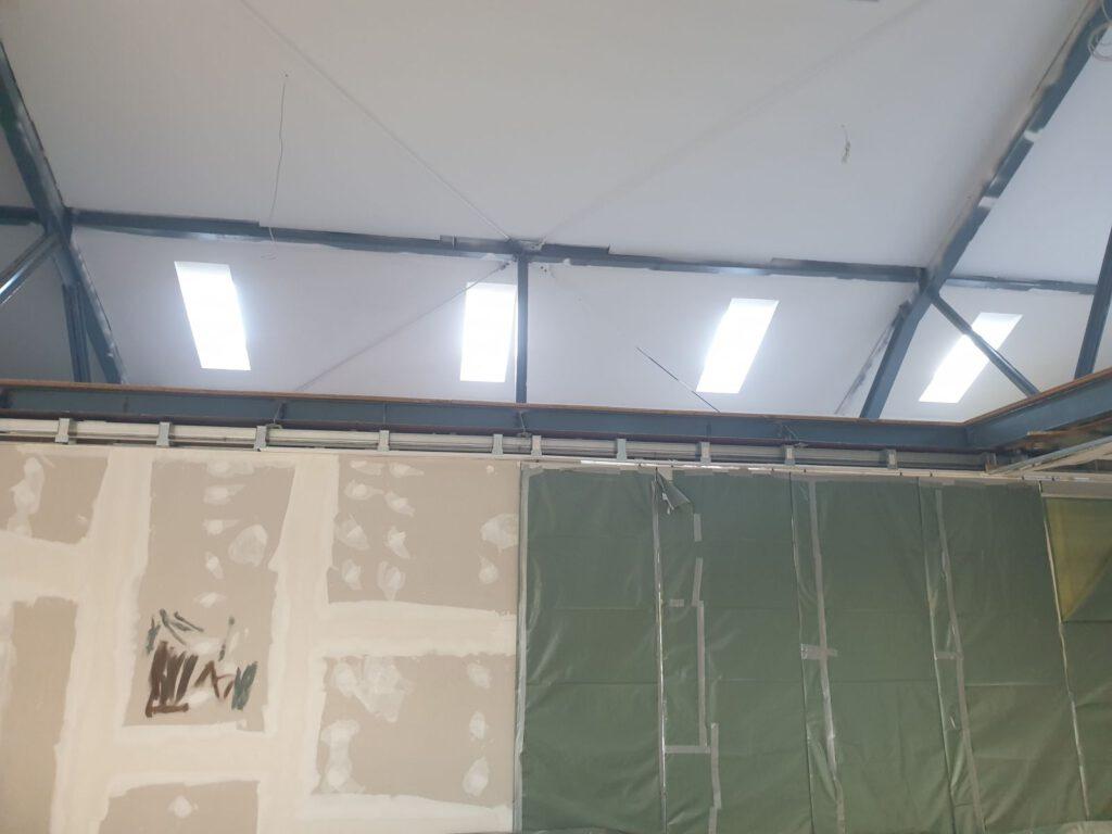 Noch sind die Glasschiebetüren verhangen. Der Blick auf die Galerie
