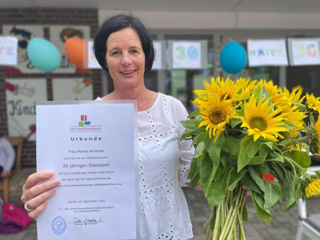 Maike Ahrends konnte sich zum Jubiläum über einen schönen Tag im Kindergarten und über eine Urkunde und einen Blumenstrauß freuen