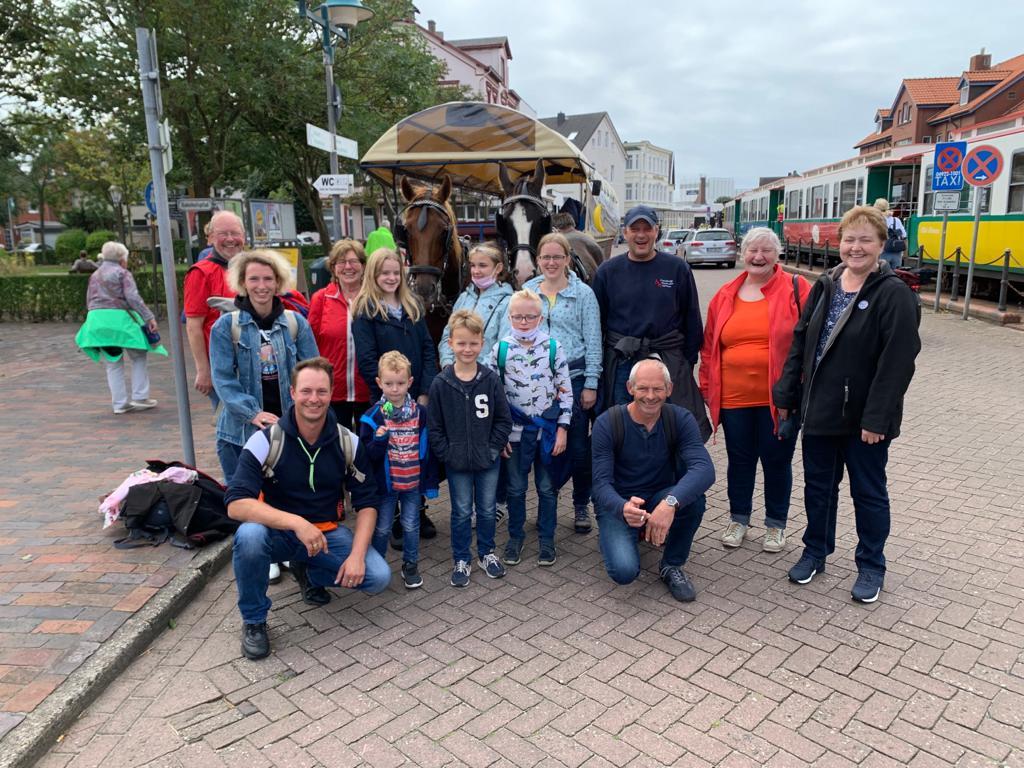 """Die """"Puddings"""" am Bahnhof Borkum. Die Familien Ockenga, Sandmann, Goldenstein sowie Hannelore König, Carola Klettenberg und Johann Decker"""