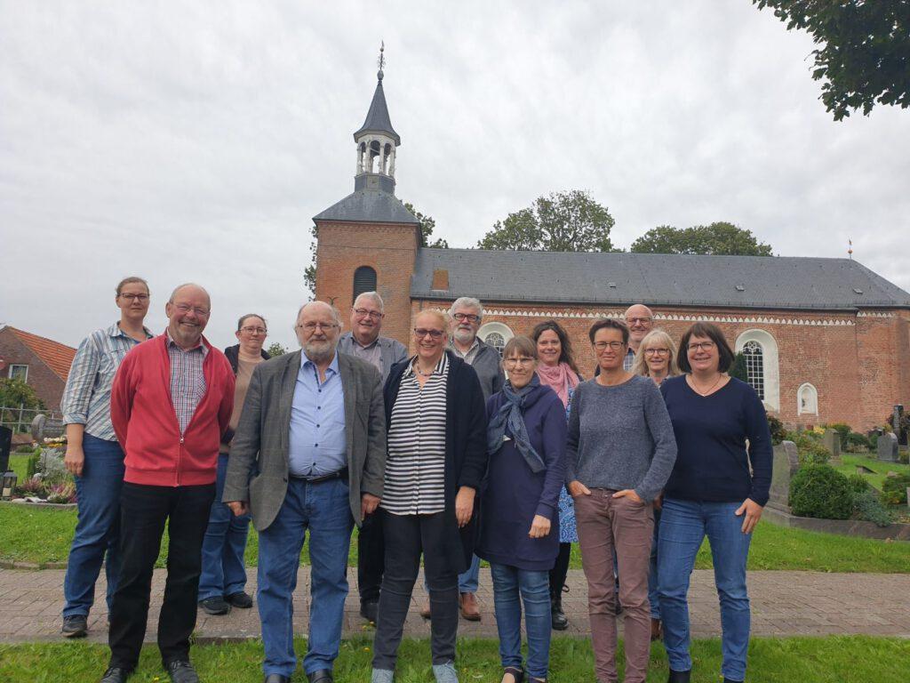 Die Teilnehmer der Schulung mit Karl-Heinz Ockenga (2.v.L.) vor St.Nikolaus