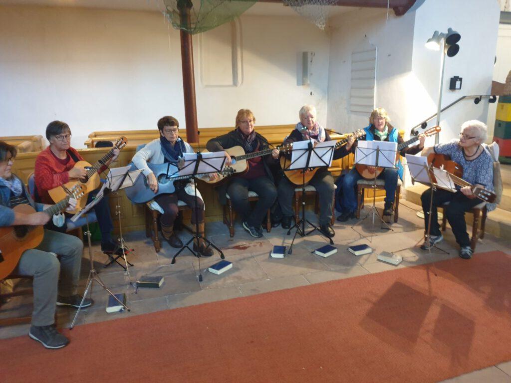 Der Gitarrenkreis mit Leiterin Else Doege (r.) gestaltete den Gottesdienst mit