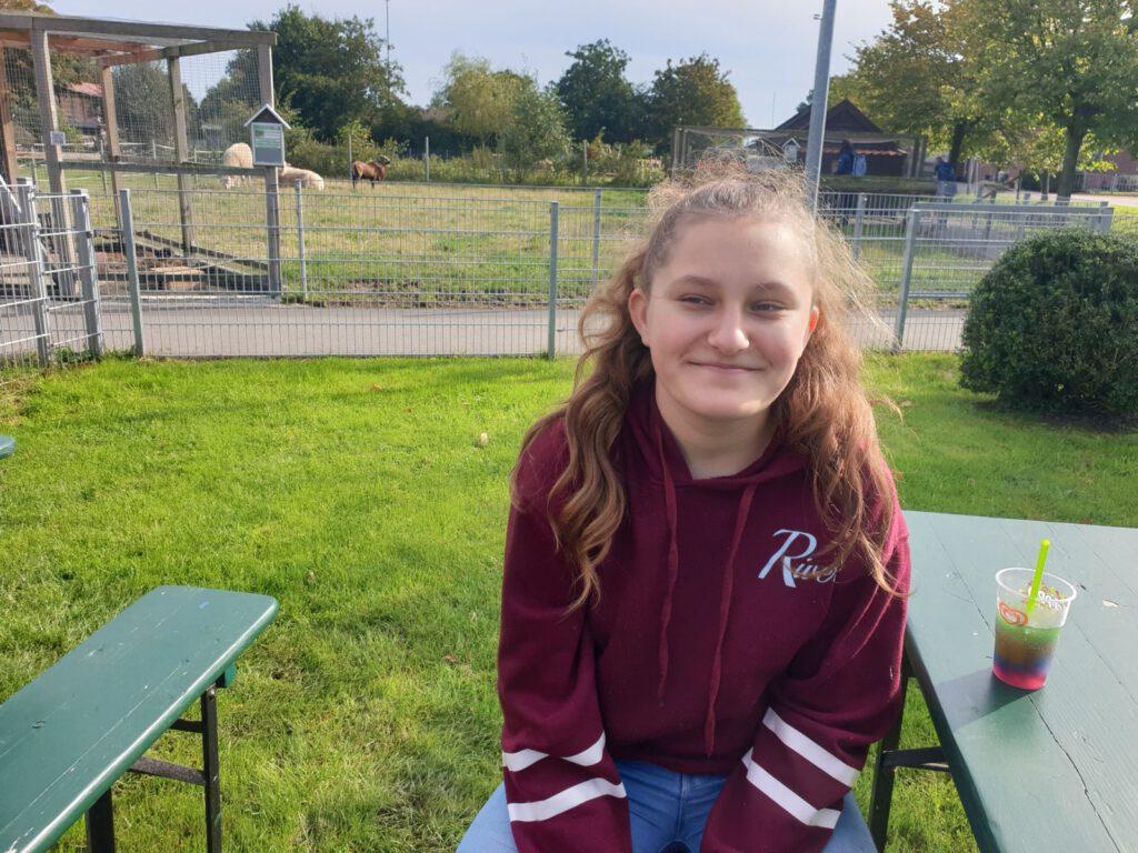 Miriam Werk  aus Bockhorn absolviert ihr Praktikum im Haustierpark