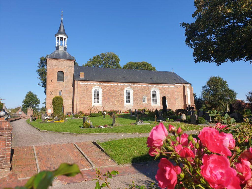 Die St.-Nicolai-Kirche, angestrahlt von der Herbstsonne