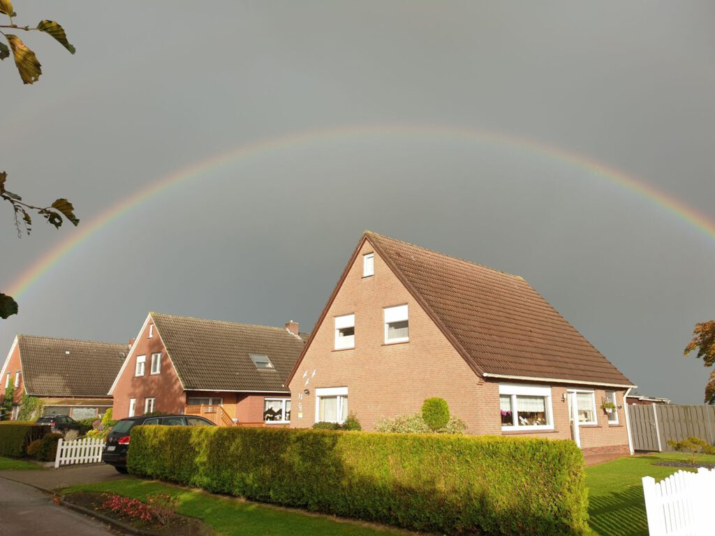 Der Regenbogen spannt sich ganz über die Häuser auf Gastriege